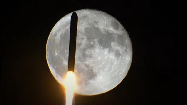 Un cohete pasa por delante de la luna - Sputnik Mundo