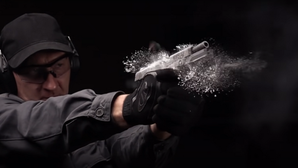 Kalashnikov muestra al detalle la nueva pistola que usarán los policías rusos - Sputnik Mundo