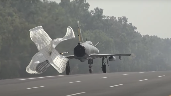 Un caza aterriza con paracaídas sobre una autovia en Pakistán - Sputnik Mundo