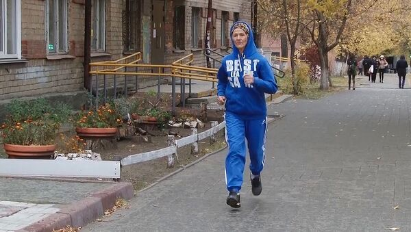 La jubilada Nadezhda Medvédeva corre por la calle - Sputnik Mundo