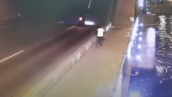 Vídeo: un motociclista muere al caer desde un puente levadizo en San Petersburgo  - Sputnik Mundo