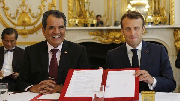 El presidente de la Polinesia Francesa, Edouard Fritch y el presidente francés, Emmanuel Macron - Sputnik Mundo