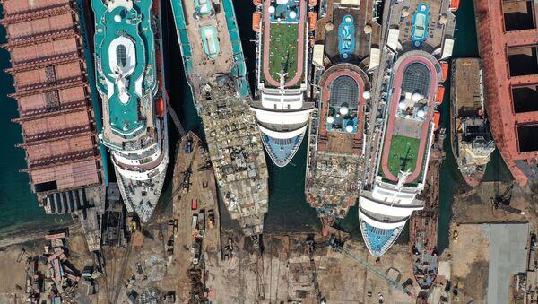 Cruceros en proceso de desmantelamiento en Aliaga, Turquía, el 2 de octubre - Sputnik Mundo