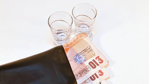 Dos vasos y unos billetes de dinero, referencial - Sputnik Mundo