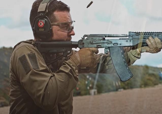 Un hombre dispara un arma de Kalashnikov