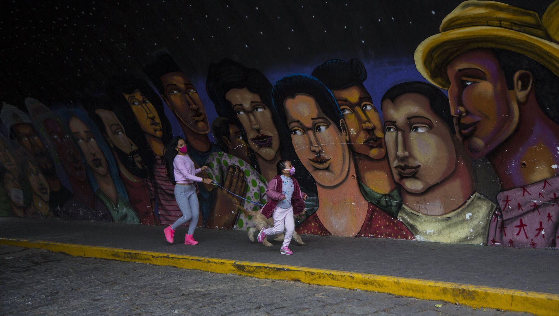 Una joven y una niña caminan frente a un mural en el barrio Barranco, en Lima - Sputnik Mundo, 1920, 12.10.2020