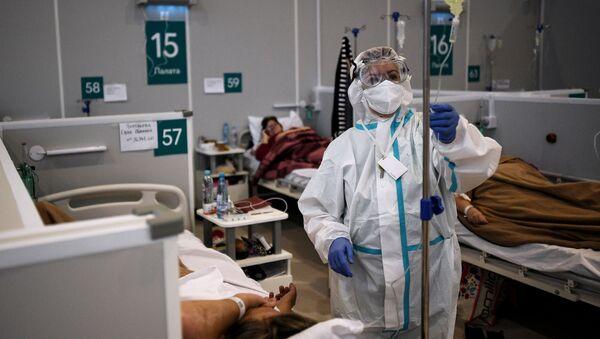 Un médico atiende a los pacientes con coronavirus en Rusia - Sputnik Mundo
