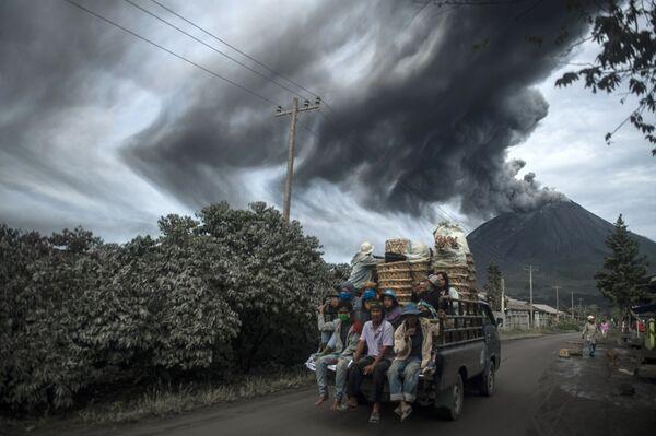 El estratovolcán Sinabung, una verdadera pesadilla para miles de personas   - Sputnik Mundo