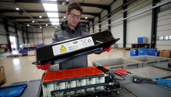 Una batería de automóvil de litio usada - Sputnik Mundo