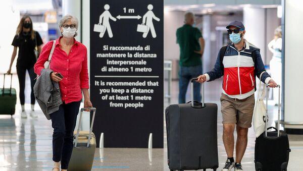 Viajeros en el aeripuerto Fiumicino de Roma - Sputnik Mundo