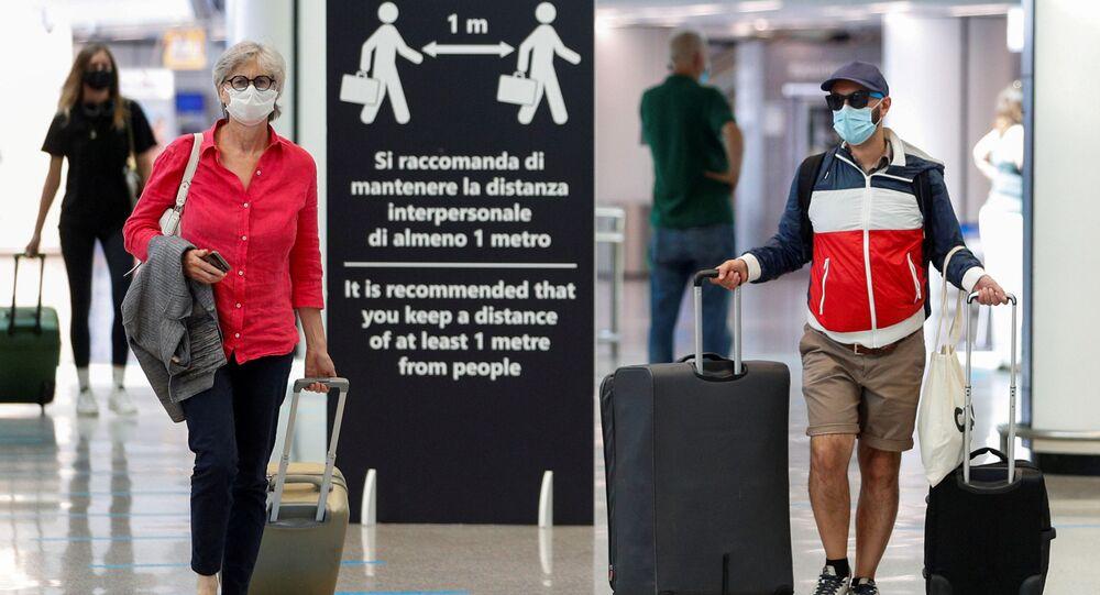Viajeros en el aeripuerto Fiumicino de Roma