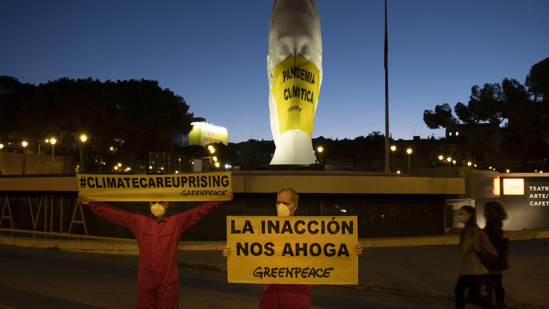 Activistas de Greenpeace colocan una mascarilla a una escultura gigante en la Plaza Colón  - Sputnik Mundo, 1920, 17.06.2021