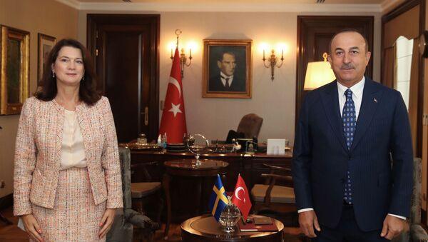 La ministra de exteriores sueca, Ann Linde, y su homólogo turco, Mevlut Cavusoglu, en una rueda de prensa 13.10.2020 - Sputnik Mundo