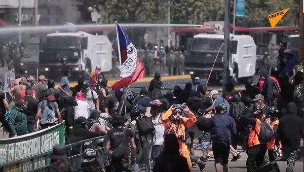 La Policía chilena dispersa la protesta mapuche con cañones de agua y gases lacrimógenos - Sputnik Mundo