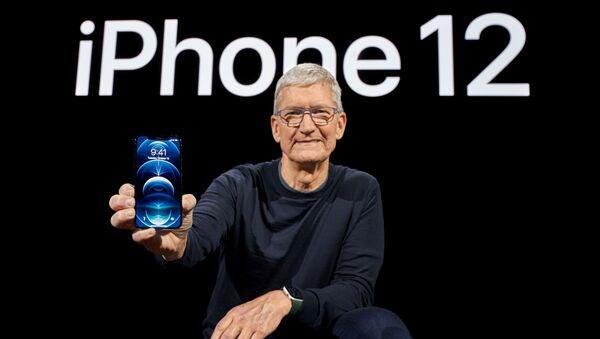 Tim Cook, director ejecutivo de Apple posa con un nuevo iPhone 12 Pro  - Sputnik Mundo