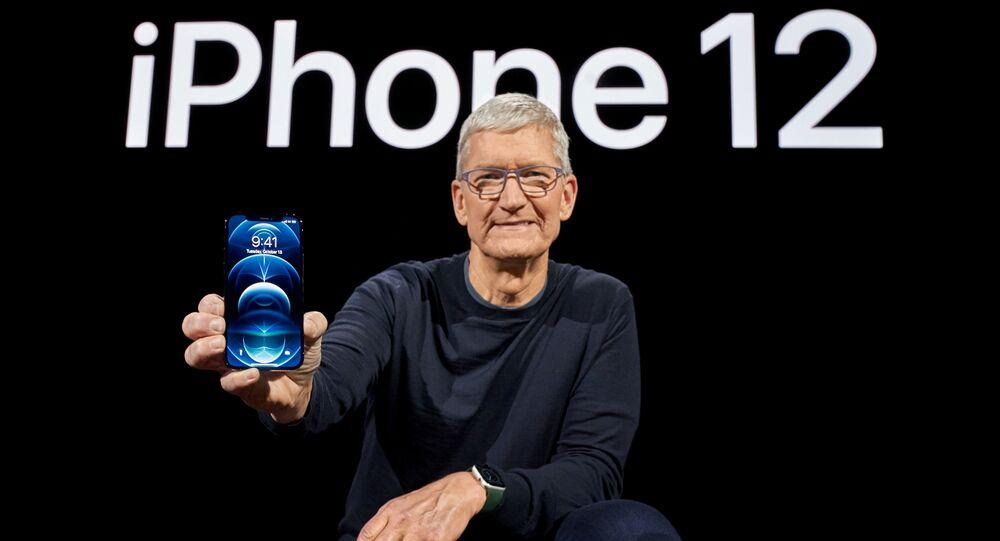 Tim Cook, director ejecutivo de Apple posa con un nuevo iPhone 12 Pro