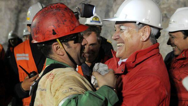 El presidente de Chile, Sebastián Piñera, y un minero rescatado de la mina San José - Sputnik Mundo