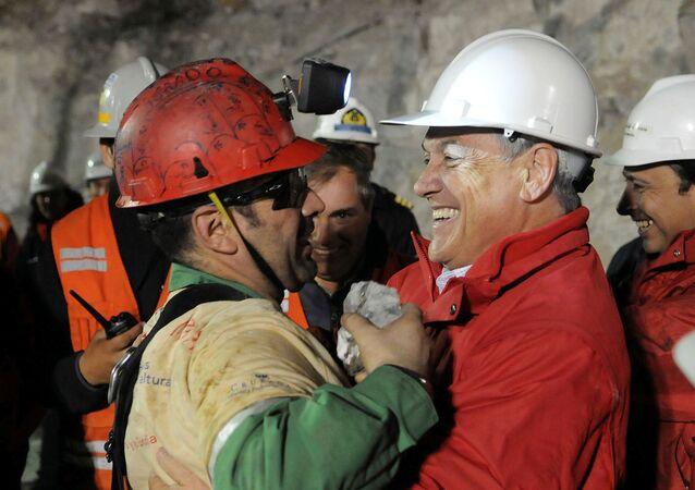 El presidente de Chile, Sebastián Piñera, y un minero rescatado de la mina San José