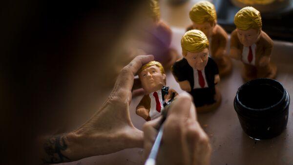 Artesano realizando un 'caganer' de Donald Trump - Sputnik Mundo