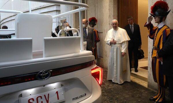 El papa Francisco recibe su nuevo papamóvil de hidrógeno  - Sputnik Mundo