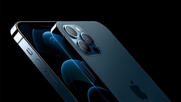 Dos de los modelos del nuevo iPhone 12 - Sputnik Mundo