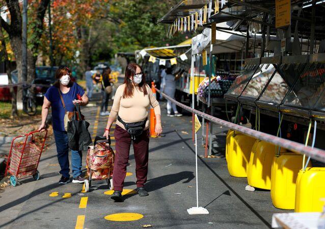 Las mujeres en mascarillas en Buenos Aires, Argentina