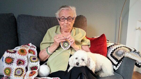 Florentina Martín, 'Nina', española de 99 años, con su perra Luna - Sputnik Mundo