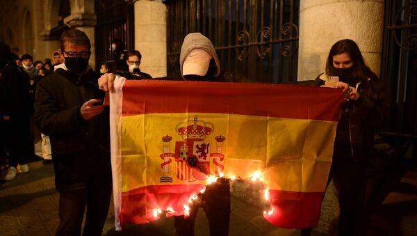 Manifestantes quemando una bandera de España en Barcelona durante el primer aniversario de la sentencia del procés  - Sputnik Mundo
