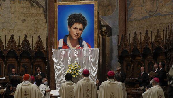 Una imagen de Carlo Acutis se ve durante su ceremonia de beatificación - Sputnik Mundo