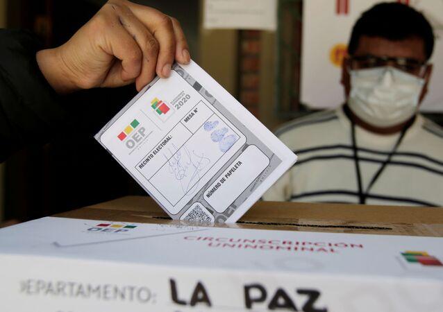 Simulación de votación en un colegio electoral en La Paz