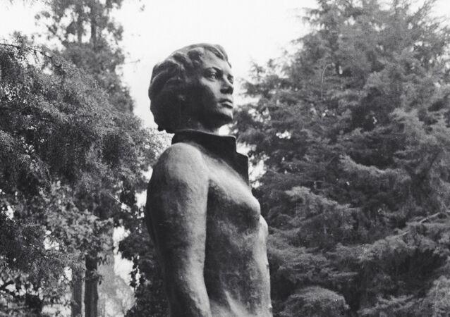 El monumento a Nadezhda Kúrchenko, la azafata que intento de salvar al avión soviético secuestrado An-24