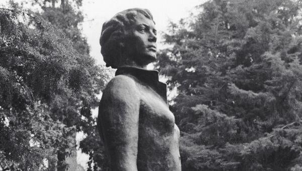 El monumento a Nadezhda Kúrchenko, la azafata que intento de salvar al avión soviético secuestrado An-24 - Sputnik Mundo