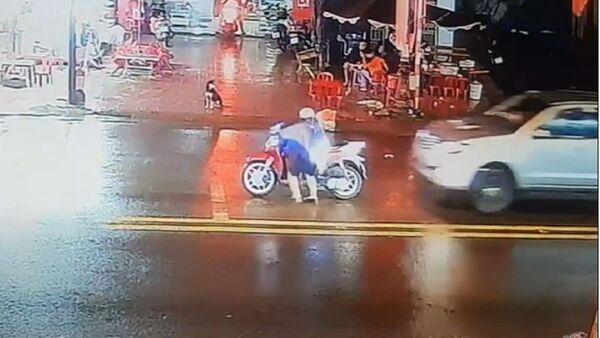 Un automóvil choca contra una motocicleta en Vietnam - Sputnik Mundo