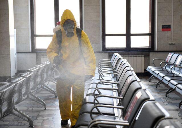 Desinfección de una estación de trenes en Moscú, Rusia