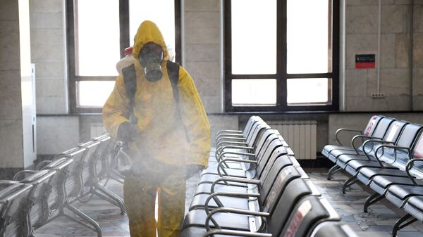 Desinfección de una estación de trenes en Moscú, Rusia - Sputnik Mundo