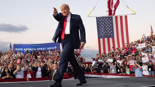 Президент США Дональд Трамп проводит митинг во время своей кампании в международном аэропорту Орландо Сэнфорд в Сэнфорде, штат Флорида - Sputnik Mundo
