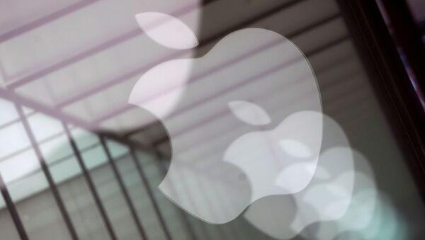 Los logotipos de la empresa Apple, reflejados en el vidrio de una tienda Apple en Shanghai - Sputnik Mundo
