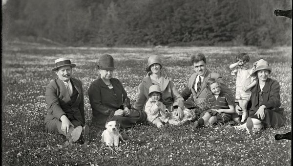 La familia Wattebled con amigos en un día de campo - Sputnik Mundo