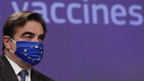 El Comisario Europeo para la Promoción del Modo de Vida Europeo Margaritis Schinas, con una mascarilla facial de Europa - Sputnik Mundo