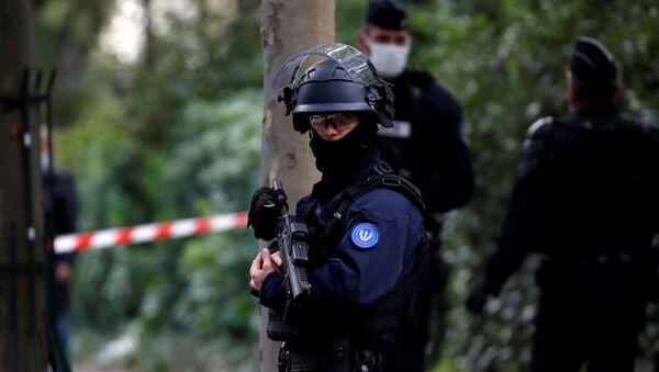 Un policía en Francia - Sputnik Mundo