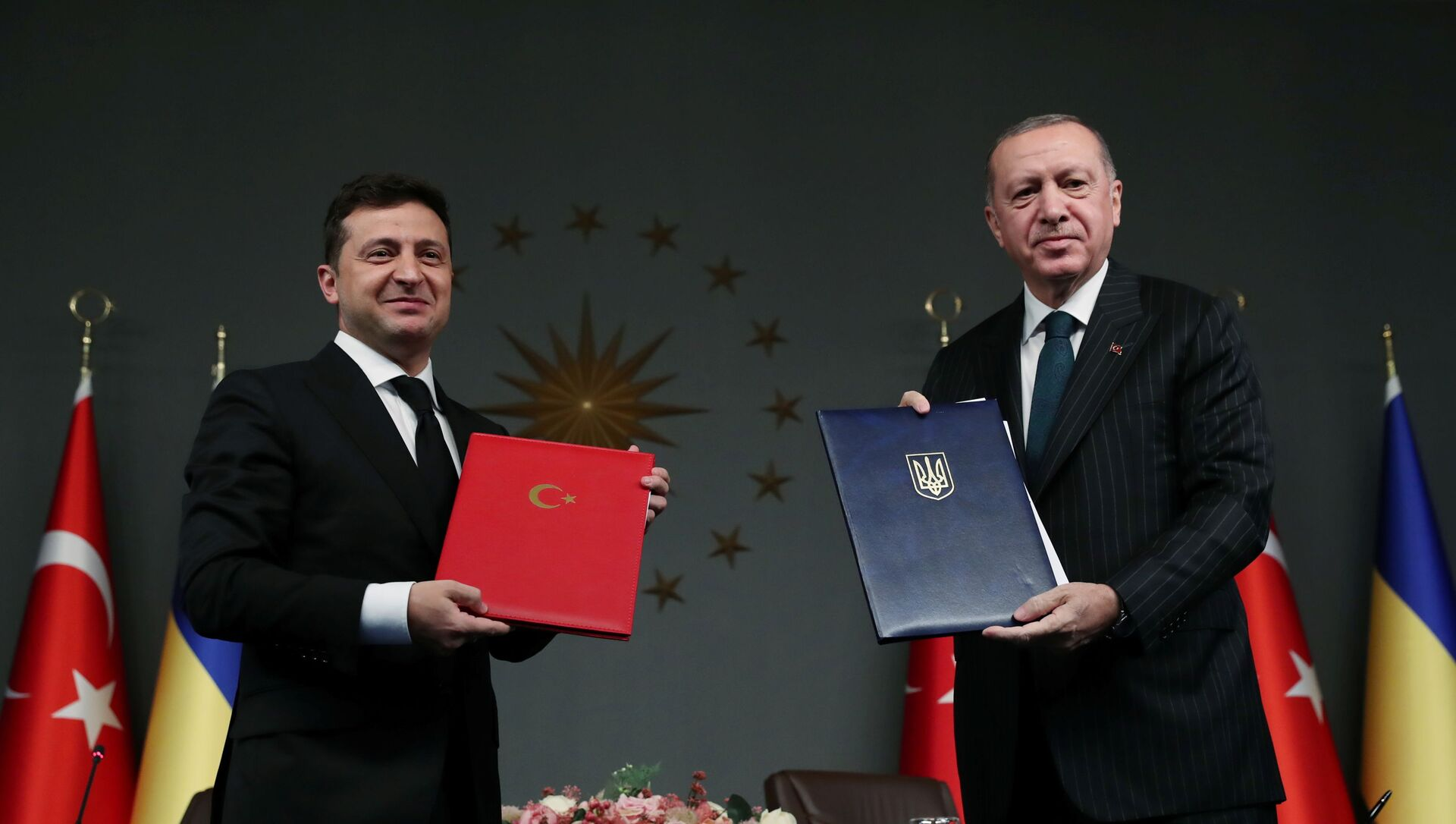 El presidente de Turquía, Recep Tayyip Erdogan y el presidente de Ucrania, Volodímir Zelenski - Sputnik Mundo, 1920, 16.10.2020