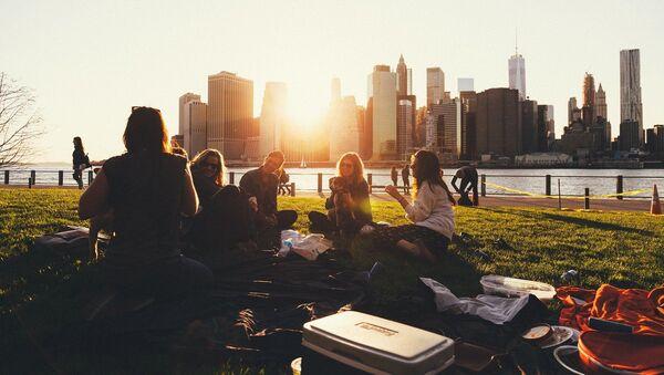 Jóvenes de picnic en un parque. Imagen referencial - Sputnik Mundo