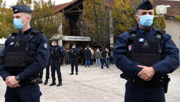 Varios policías están de guardia cerca de la entrada a la escuela en Conflans-Sainte-Honorine - Sputnik Mundo