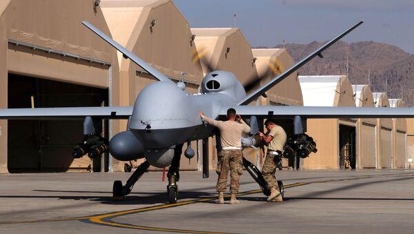 Unos militares estadounidenses preparan un dron MQ-9 Reaper de la Fuerza Aérea de EEUU para una misión en Afganistán, el 9 de marzo de 2020 - Sputnik Mundo