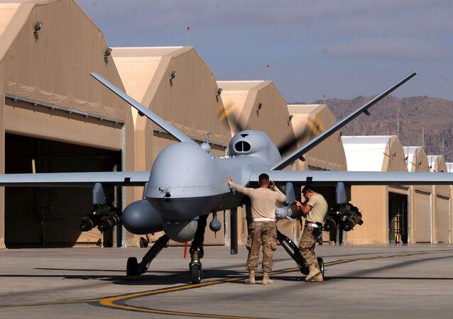 Unos militares estadounidenses preparan un dron MQ-9 Reaper de la Fuerza Aérea de EEUU para una misión en Afganistán, el 9 de marzo de 2020
