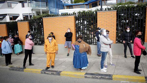 Electores hacen fila para votar en las elecciones presidenciles en Bolivia - Sputnik Mundo