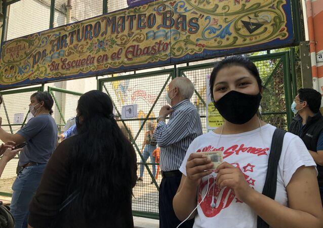La joven boliviana Luz Gabriela, quien vive en Argentina desde 2019, votó en una escuela del barrio porteño del Abasto.
