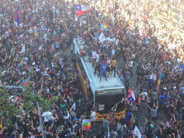 Chilenos celebran un año del histórico estallido social - Sputnik Mundo