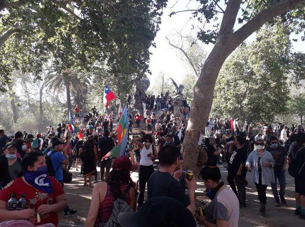 El Parque Forestal de Santiago también acogió manifestaciones por un año del estallido social chileno - Sputnik Mundo