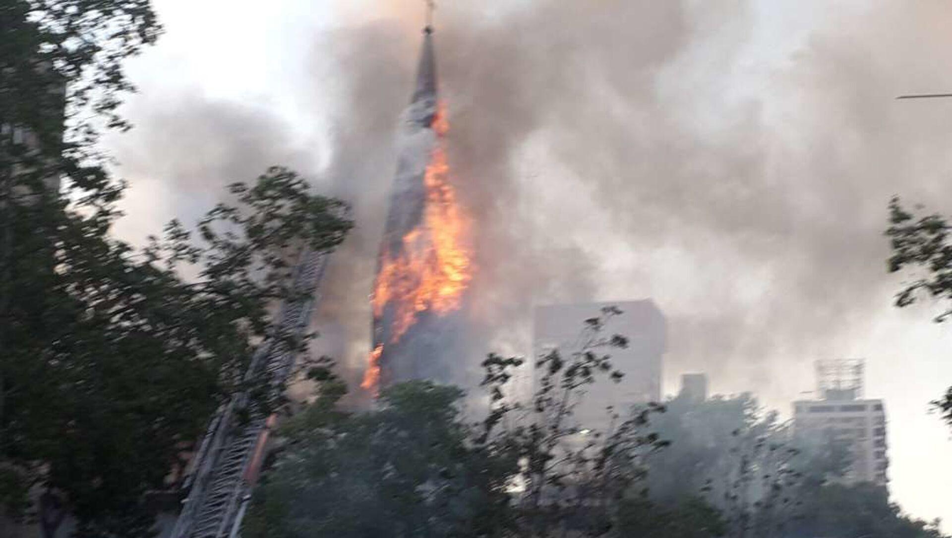 Incendio en iglesia de Santiago durante protestas por un año del estallido social - Sputnik Mundo, 1920, 22.10.2020